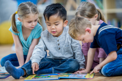 Spielende Kinder in einer Betreuungseinrichtung